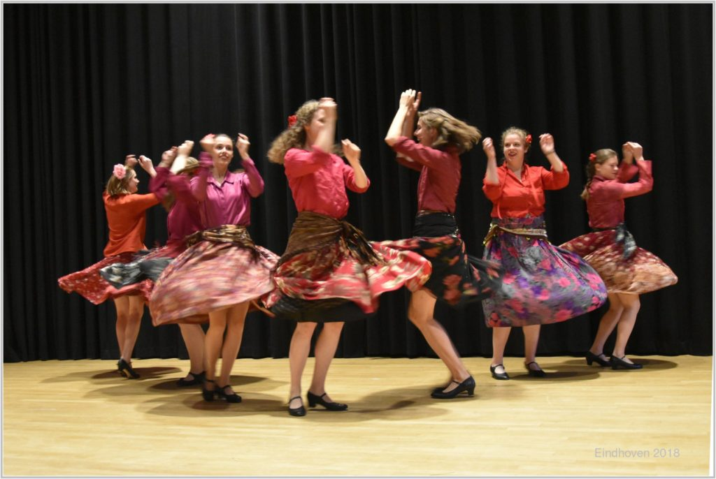 Dansers van jongerengroep ziplamak
